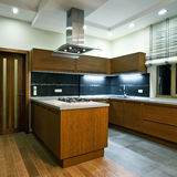Innenraum der neuen modernen Küche Stockbild