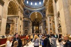 Innenraum der päpstlichen Basilika von St Peter in Vatikan Stockfotos