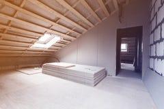 Innenraum der Raumwohnung und der Materialien - Stücke der Trockenmauer während auf der Erneuerung und des Baus - umgestaltend un lizenzfreie stockfotografie