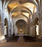Innenraum der Romanesquekathedrale von Sovana in der vertikalen Zusammensetzung stockfotografie