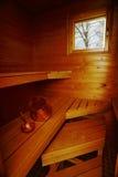 Innenraum der Sauna, des Eimers und der Schaufel Stockfotografie