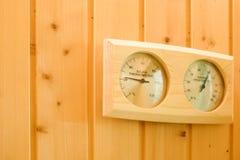Innenraum der Sauna Maß der Feuchtigkeit und Temperatur durch Thermometer und Hygrometer Gesundheitssicherheit stockfotos