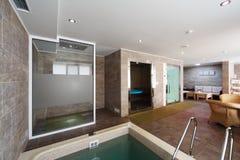 Innenraum der Sauna mit einem Swimmingpool und einem Platz zum sich zu entspannen Stockbild