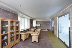 Innenraum der Sauna mit einem Swimmingpool und einem Platz zum sich zu entspannen Lizenzfreies Stockbild