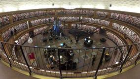 Innenraum der Stockholm-Stadt-Bibliothek stock video