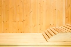 Innenraum der traditionellen klassischen hölzernen finnischen Sauna mit Kopflehne Erholung im Badekurort, zum in warm zu halten stockfotos