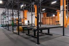 Innenraum der Turnhalle für Eignungstraining mit horizontaler Stange und Barbells Lizenzfreies Stockbild