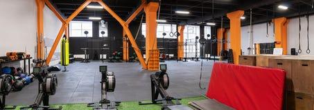 Innenraum der Turnhalle für Eignungstraining mit Maschinen und Ausrüstung Lizenzfreie Stockbilder