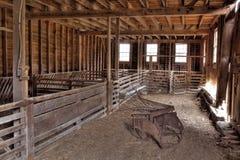 Innenraum der verlassenen Scheune Stockfotos