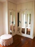 Innenraum der widergespiegelten Garderobe mit Reflexion des Hintergrundes Stockbilder