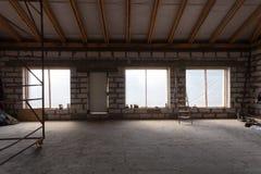 Innenraum der Wohnung mit Leiter während der Untererneuerung, Umgestaltung und Baus, die sich vorbereiten zu vergipsen lizenzfreies stockbild
