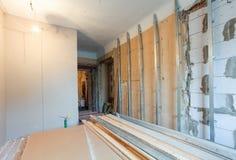 Innenraum der Wohnung mit Materialien während auf der Erneuerung, die Wand von der Gipsfasergipsplatte herstellt stockbild