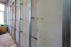 Innenraum der Wohnung mit Materialien während auf der Erneuerung und des Baus stockbilder