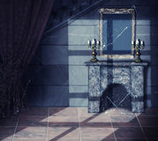Innenraum des alte Dunkelheit verlassenen Schlosses Lizenzfreie Stockbilder