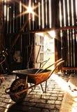 Innenraum des alten Stalles stockfoto