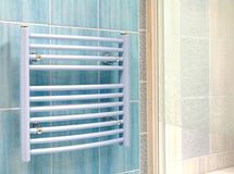 Innenraum des Badezimmers - Heizung lizenzfreie stockfotos