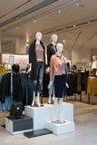 Innenraum des Bekleidungsgeschäftes der Frauen mit Mannequins Stockbild