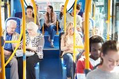 Innenraum des Busses mit Passagieren Stockbilder