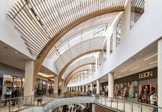 Innenraum des Einkaufszentrums Stockbild