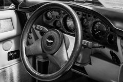 Innenraum des Fahrersitzes des Autos Aston Martin V8 Volante Stockbilder