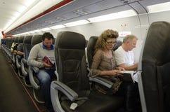 Innenraum des Flugzeuges mit Passagieren Stockfotografie