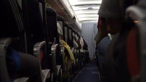 Innenraum des Flugzeuges mit Passagieren auf Sitz während des Fluges Stühle auf Gang stock video footage