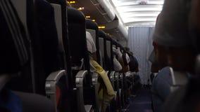 Innenraum des Flugzeuges mit Passagieren auf Sitz während des Fluges Stühle auf Gang stock video