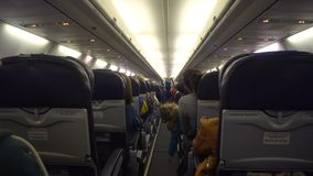 Innenraum des Flugzeuges mit Passagieren auf Sitzen stock video footage