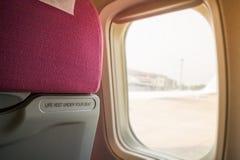 Innenraum des Flugzeuges Seat mit Fenster-Licht Stockbild