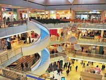 Innenraum des Forumeinkaufszentrums in Helsinki Lizenzfreies Stockfoto