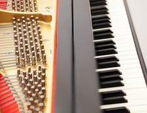 Innenraum des großartigen Klaviers mit Tasten Stockbild
