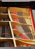 Innenraum des großartigen Klaviers mit Zeichenketten Stockfotos