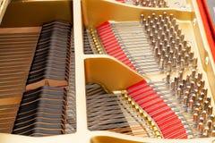 Innenraum des großartigen Klaviers mit Zeichenketten Lizenzfreies Stockbild