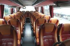 Innenraum des großen Trainerbusses mit ledernen Sitzen Stockbild