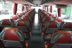 Innenraum des großen Trainerbusses mit ledernen Sitzen Lizenzfreie Stockbilder