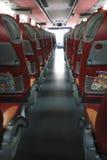 Innenraum des großen Trainerbusses mit ledernen Sitzen Lizenzfreies Stockbild
