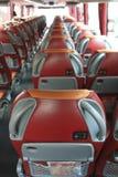 Innenraum des großen Trainerbusses mit ledernen Sitzen Lizenzfreies Stockfoto