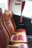 Innenraum des großen Trainerbusses mit ledernen Sitzen Stockfoto