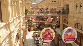 Innenraum des GUMMI Einkaufszentrums in Moskau stock video