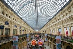 Innenraum des GUMMIeinkaufszentrums am Roten Platz in Moskau, Russland lizenzfreie stockfotografie
