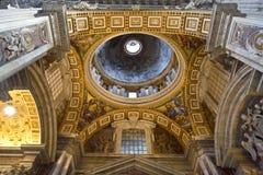 Innenraum des Heiligen Peters Basilica Stockbild