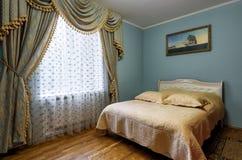 Innenraum des Hotels oder des Hauses mit Luxusvorhängen Stockfotos
