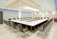 Innenraum des Konferenzsaales für Geschäftsverhandlungen Lizenzfreie Stockbilder