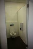 Innenraum des leeren Badezimmers gesehen durch offene Tür lizenzfreie stockbilder