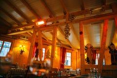 Innenraum des leeren einfachen Restaurants im französischen Dorf mit Chris Stockfotografie