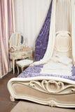Innenraum des luxuriösen Schlafzimmers in der Retro- Art Lizenzfreie Stockfotos