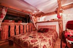Innenraum des Luxushotelraumes in der Weinleseart Stockbilder