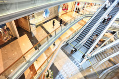 Innenraum des modernen Einkaufszentrums Lizenzfreie Stockfotografie