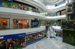 Innenraum des modernen Einkaufszentrums Toptani, Tirana, Albanien Lizenzfreie Stockbilder