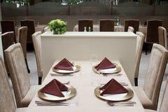 Innenraum des modernen Restaurants mit gedienter Tabelle lizenzfreie stockbilder